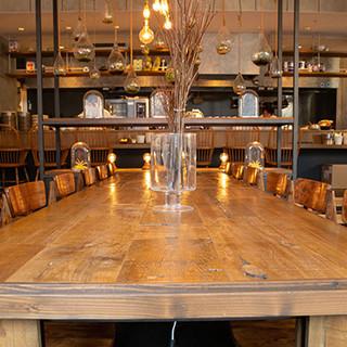 開放感あふれる空間には、雰囲気が異なる2タイプの座席を完備