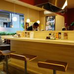 みよしの食堂 - カウンター席とテーブル席。