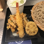 ずる屋六郎 - 天ぷらざるそばの天ぷら、えび天と野菜のかき揚げとレンコン天。