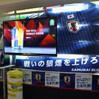 店内は大型スクリーン完備!みんなで盛り上がるスポーツ観戦!