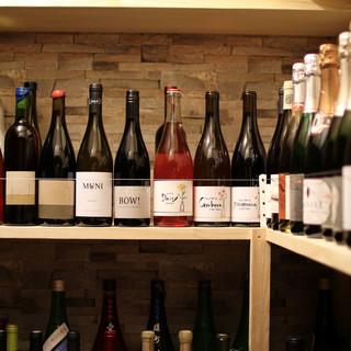 ワインと日本酒に精通した店主が自らの足と舌で厳選した一杯。