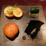 105116672 - オードブル左上からカツオの炙りに金柑、麦芽とわさびオイル、左下こごみとベシャメルソースのフリット、右下ヒラメ