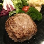 105127082 - 仙台牛燻製ハンバーグと付け合わせのサラダ