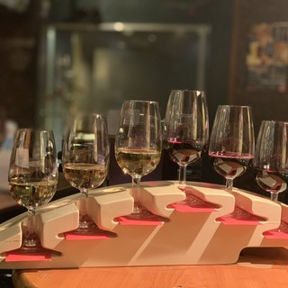 ワイン飲み比べセットは6種類で2100円。お得で楽しい!