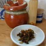 恵味うどん - 卓上には、うどん店には珍しい辛子高菜が置いてあります。