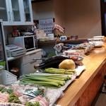 梅ちゃんの台所 - カウンターの上にはお料理や材料が。 ある材料でお好きなもの作りますよ~、とママさん♪
