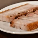 錦福 香港美食 - 皮付き豚バラ肉の焼き物@1,800円:さらに別角度にて。