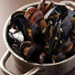 シンプルキッチン - 看板メニューのバケツ一杯のムール貝(フルサイズ)