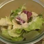 105178950 - ナッツのドレッシングのサラダ