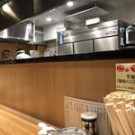 中華そば専門 田中そば店 - カウンター席と厨房