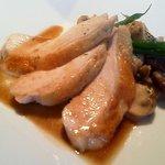 10518436 - 若鶏むね肉の低温ロティ 森のキノコのフリカッセ添え 焦がしバターソース