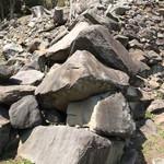 一夜城 ヨロイヅカ・ファーム - 先程の石垣の左裾のアップ。崩れかけているが巨石が算木積みされていてカッコいい♬