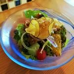 105183766 - 甘酸っぱくコク深い南瓜、アンチョビでソテーしたブロッコリー、ハーブでマリネしたパプリカなど豪華なサラダ