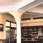 105185801 - 室内に柱のあるクラシックというよりオールドファションドな作り。