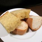 洋食堂 - アヒージョに付いてる自家製パン