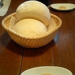 とまと座 - パンとサラダ。練乳バターが美味しい。(2007.7月)