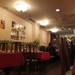 四五六菜館 - 店内はこぢんまりと落ち着いている。