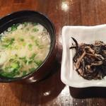 寿司厨房 六山 - 日替わりランチ(平日のみ)の地魚丼1,000円の小鉢と味噌汁