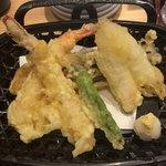 寿司居酒屋 日本海 - 種は普通だが、衣が硬くて美味しくないタイプの。 丼のかき揚げを無くして、丼上のさつま芋をこちらに持ってきて天ぷら定食とした方が(大食い出来る私でも)バランスが絶対良い様に感じるけど。