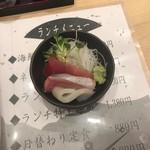 寿司居酒屋 日本海 - シャリ(酢飯)が無いお詫びとして出された刺身3切れ。これだけでもまずいかき揚げの油をかき消すのにかなり役立ちました。(*´◒`*)