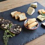 Tradgras Cafe 薬膳イタリアン×薬酒 - 木になるサラミとチーズあれこれ