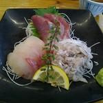 105230866 - 刺身3点盛り(ワラサ・クロダイ・太刀魚)