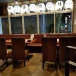鴨と豚 とんぺら屋 - 入口付近の席