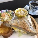モグモグ カフェ - ホットコーヒー400円とたまごサンドのモーニング