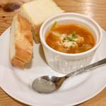 キッチン ラテール - お通しのパンとスープ