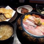 10525714 - 近海地魚ちらし(松)(1500円)