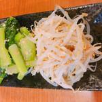 鳶牛 肉衛門 - ナムル盛合せ 750円 もやしと小松菜
