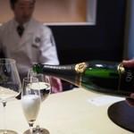 個室割烹 寿司北大路 - 乾杯は桜の花びらを浮かべたスパークリング