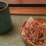 10526235 - まずはお茶と蕎麦チップスが出てきました