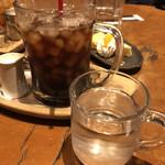 珈琲屋OB - 手前の水の入ったジョッキグラスが通常です。大きいですねー笑笑