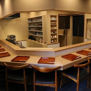 調理風景もお料理の一つとして楽しんで頂ける和の雰囲気の店内