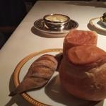 105279107 - 3種類のパン。バターは予め小さく切断され、塗りやすくなっています。