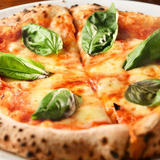 石窯で焼き上げた本格的ピザは絶品!1枚ぺろっと食べられます♪