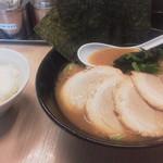 銀家 - 料理写真:チャーシューメン(1030円)と無料ライス