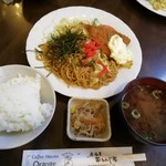 オレンジハウス - 日替定食650円。焼きそばとアジフライ。