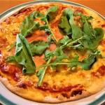 何駄感駄 - 生ハムとルッコラのピザ