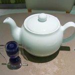 レモンドロップ - ホットのお茶は嬉しいポットサービス