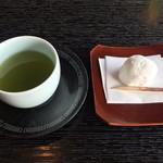 105344806 - 苺大福とお茶を頂きながらチェックイン
