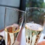 105344845 - シャンパンで乾杯