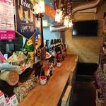 沖縄ダイニング 島のれん - 店主が好きな方はカウンター席へ。