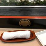 日乃出寿し - その他写真:おしぼり、白木カウンター、ネタケース