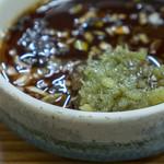 どさん娘 紅谷町店 - すりにんにく50円を追加した焼肉ダレ。すりにんにくは緑なんですよね。まあ、新鮮ではないとこうなるそうです(笑。