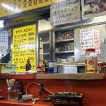 どさん娘 紅谷町店 - カウンター・テーブルにはデフォで焼き台。