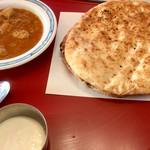 マディナ カレーレストラン - チキンカレー  丸いナン2枚