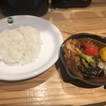 野菜を食べるカレーcamp - ナスと豚肉のカシミールカレー790円