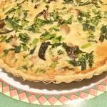 ジビエ&ワイン ブラッスリー山梨 - 菜の花とフランス産トランペッロ茸のキッシュ